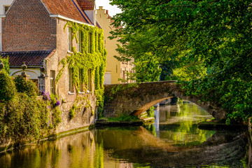 Papiers peints Bruges Bruges (Brugge) cityscape with water canal and bridge