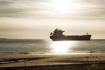 Ein Frachtschiff vom Strand Fotografiert