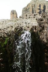 Wasserfall im Fles mit Mountainrange im Hintergrund, Dolomiten