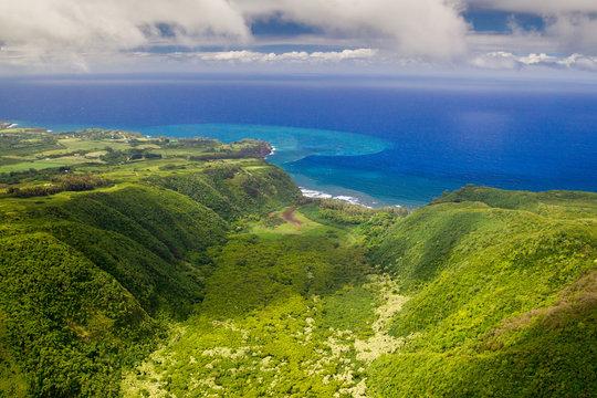 Luftaufnahme über dem Polulu Valley an der Ostküste von Big Island, Hawaii, USA.