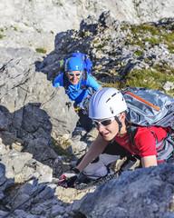 Vater und Sohn beim Klettern