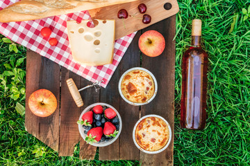 Autocollant pour porte Pique-nique Picnic food and rose wine on wooden board with copyspace
