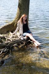 junges hübsches Mädchen am Wasser