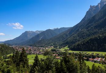 Stadt Mittenwald im Hintergrund das Karwendel Gebirge