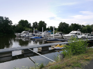 Boote am Flussufer