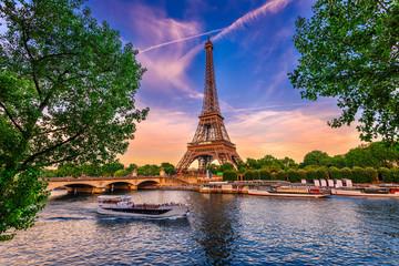 Paryska wieża eifla i rzeka wonton przy zmierzchem w Paryż, Francja. Wieża Eiffla to jedna z najbardziej charakterystycznych atrakcji Paryża.
