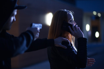 Räuber überfällt Frau mit Pistole