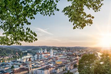 Panoramablick auf Passauer Altstadt mit Dom im Abendlicht