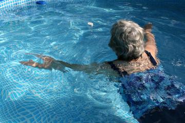 lifestyle, seniorin, brustschwimmen, fit, aktiv, im alter, pool, lebensfreude, urbano