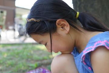 森の中の少女 花冠 シロツメクサ 自然遊び 夏休み 公園 森 春休み