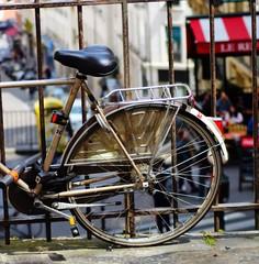 Angelehntes Fahrrad in Paris - Detail