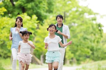 道を歩く家族