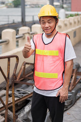 construction worker givning thumb up gesture