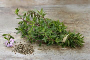Thymian Zweige geschnitten auf Steinplatte (Thymus)