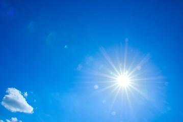 blauer Himmel mit strahlender Sonne
