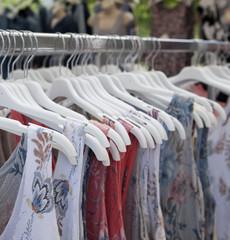 vente de vêtements sur tringle
