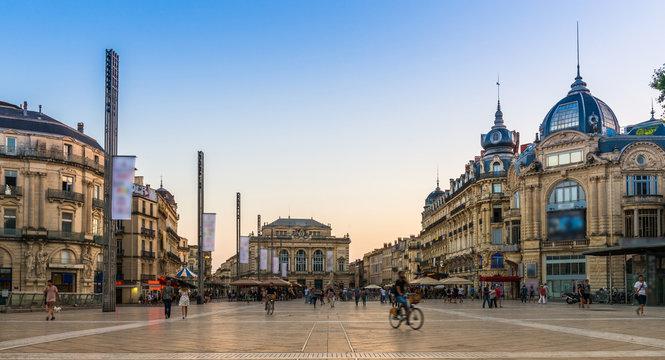Place de la Comédie le soir à Montpellier, Hérault, Languedoc en Occitanie, France