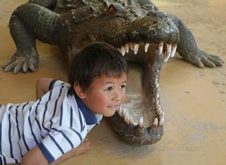 Enfant et crocodile