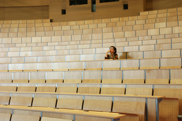 Studentin in einem leeren Hörsaal in einer Universität