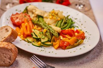 vegetarisch Gemüse gesund zubereitet gedünstet auf einem Teller