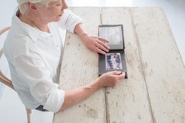 Ältere Frau denkt an ihre Jugend und Kindheit zurück