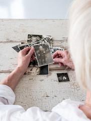 Ältere Frau blickt auf ihr Leben zurück