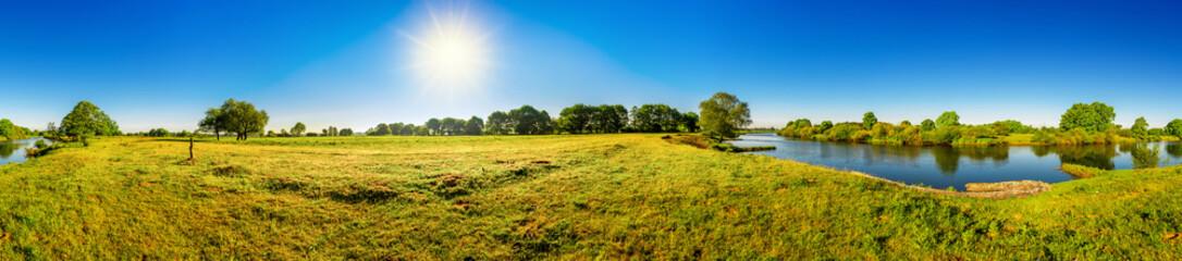 Wall Mural - Landschaft im Sommer mit Bäumen, Wiesen, Fluss und Sonne