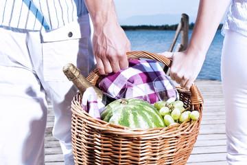 Ein glückliches Paar beim Picknick