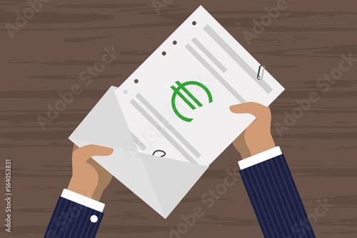 Person öffnet Brief - Euro - Rechnung - Lohn\