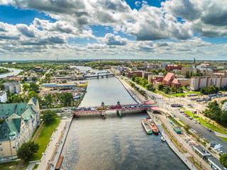 Szczecin z lotu ptaka. Rzeka Odra i Długi most łączący nabrzeże Wieleckie z Celnym. Krajobraz miasta.
