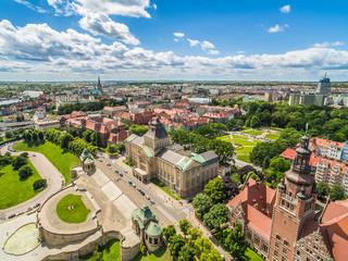 Szczecin z lotu ptaka. Stare miasto i Wały Chrobrego. Krajobraz miasta z błękitnym niebem.