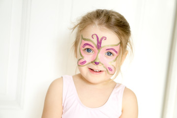 Schmetterling mit Kinderschminke gemalt