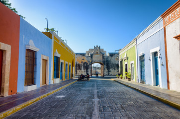 Fototapete - Colorful Street and Fort