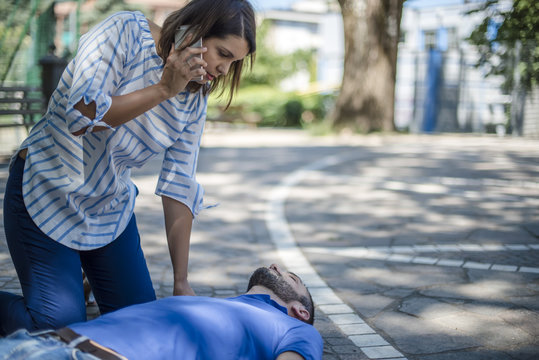 ragazza chiama aiuto e servizi di assistenza con ambulanza in un parco