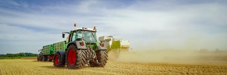 Getreideernte, Landtechnik im Einsatz auf dem Feld, Banner