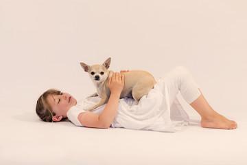 belle jeune fille avec son chihuahua