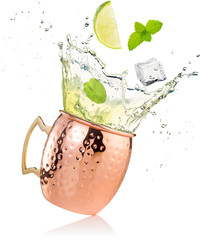 splashing moscow mule cocktail in copper mug