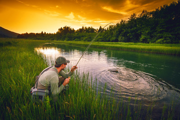 Spoed Fotobehang Vissen Fly fisherman fishing pike in river