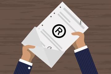 Person öffnet Brief - Kopierschutz - Urheberrecht