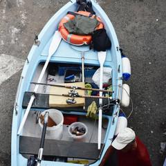 Barca da pesca, tirata a secco sulla terra ferma