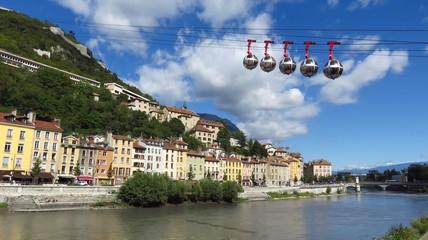 Grenoble, téléphérique au-dessus de l'Isère (France)