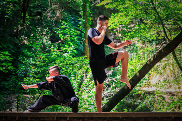 Deux garçons pratiquant les arts martiaux. Garde de combat - Kickboxing et Kung fu