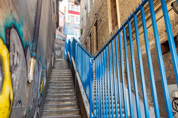 Fototapete - Narrow Stairs in Valparaiso
