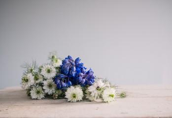 Sommerblumen liegen auf altem Holztisch