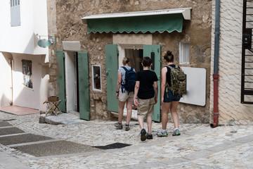 Famiglia di turisti visita un paesino della Provenza in Francia