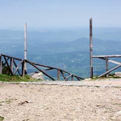Brama na czerwony szlak - zejście ze Śnieżki do Karpacza w Karkonoszach