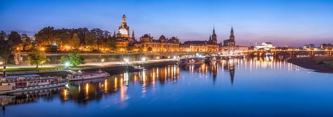 Dresden Panorama bei Nacht mit Elbe im Vordergrund, Sachsen, Deutschland Wall mural