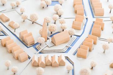 Städtebauliches Modell aus Holz und Karton einer Ortsmitte mit Häusern, Park und Kirche