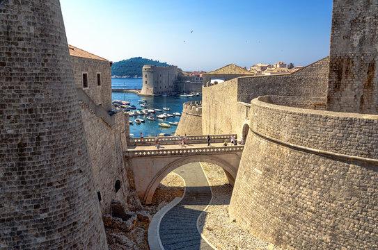 Stadtmauer Dubrovnik mit Blick auf Hafen und Brücke