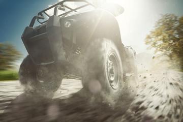 Racing ATV fährt auf Vollgas